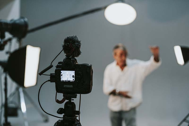 Showing how a professional set up of artificial lights looks like in a studio